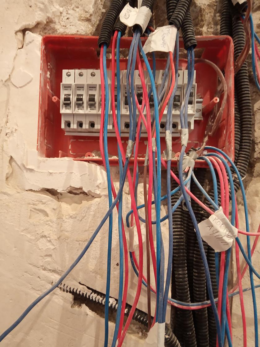 Mənzilin işıq sisteminin kabel və borunun çəkilməsi,şitin yığılması şəkil
